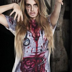 Camiseta horror de enfermera ensangrentada con las tripas fuera de la cavidad abdominal